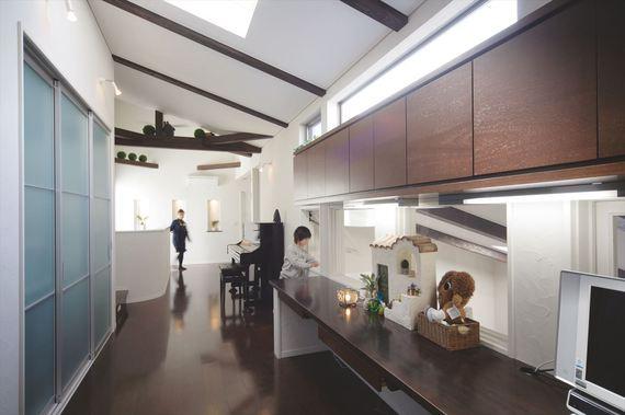 2階のファミリースペースは勾配天井とハイサイド窓によって解放感たっぷり