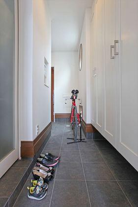 玄関から勝手口へ通り抜けられる広い土間スペース。写真左の扉からキッチンパントリーを経由して直接キッチンへ行けるので、買い物帰りの奥様が重い荷物を最短距離で運ぶことができます。