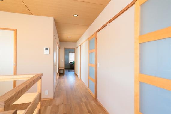2階の子ども部屋は、ガラスをはめ込んだ引き戸で、空間全体を明るく仕上げています。