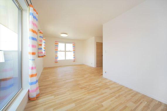 日当たりの良いワイドな洋室。家族の成長に合わせて変化する使い勝手の良い部屋です。