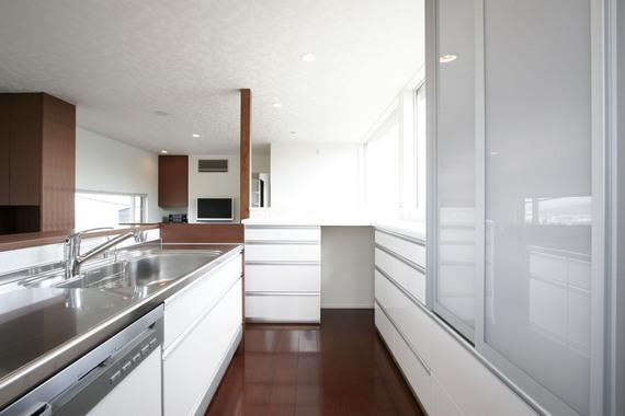 清潔感のある色合いと機能性を持たせたキッチン