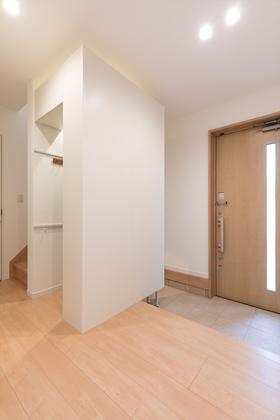 広々とした玄関ホール。玄関収納と動線を分けているので、すっきり片づきます。