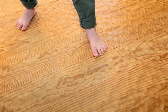 マリタイムパインの無垢材をスプーンカットで仕上げたフローリング。凸凹の質感が素足で気持ち良い。