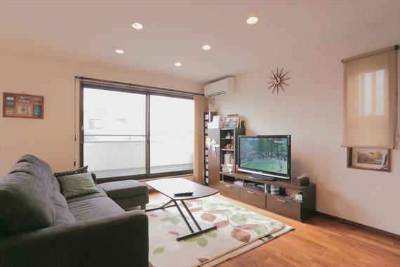 2階の娘さん世帯のリビング。窓や照明の位置にこだわり、若々しくモダンな空間に仕上げています。